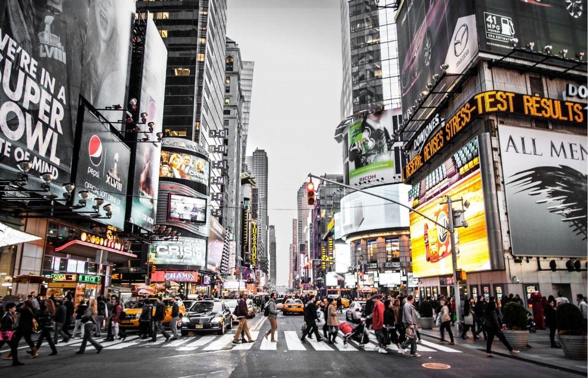 Reklam türleri baz alındığında yazılı, sözlü ve görsel olarak bölümlere ayırabiliriz. Katalog, broşür ve yayıncılıkta kullanılan gazete ve dergilere verilen reklamlar, web sitelerin içeriğine eklenen reklamlar bunlardan biri olarak görülebilir. Aynı zamanda sözlü olarak radyo ve televizyonlardan sonra global dünyanın yapıtaşını oluşturan interaktif ortamlarda verilen reklamlar, görselle desteklenerek belirli bir konsept kapsamında senaryosu ve rolleri verilerek film olarak yapılıyor.